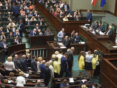 NA ŻYWO: Sejm przyjął ustawę o SN, protesty w całej Polsce. Projekt w...