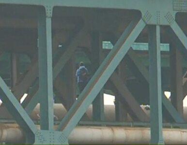 """Mężczyzna z """"błyszczącym przedmiotem"""" na moście. Pociągi wstrzymane"""