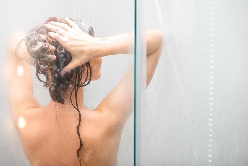 Kobieta pod prysznicem (zdj. ilustracyjne)