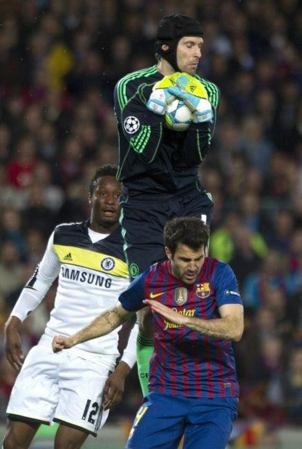 Nie raz i nie dwa nad piłkarzami obu drużyn górował Petr Cech (fot. EPA/ALEJANDRO GARCIA/PAP)