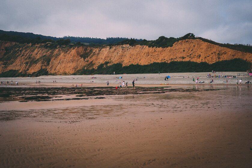 Klif i plaża w Sidmouth, zdjęcie ilustracyjne