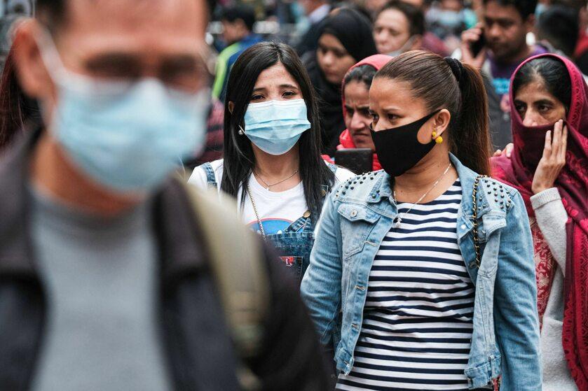 Przechodnie w maseczkach na ulicach Hongkongu