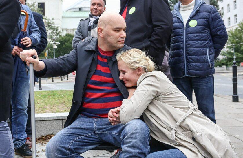 Tomasz Kalita z żoną Anną pod Sejmem