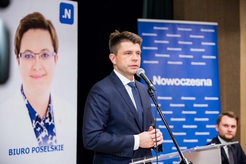 Ryszard Petru w Łodzi, w tle plakat z Katarzyną Lubnauer