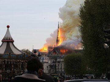 Pożar katedry Notre Dame. Na nagraniach widać moment zawalenia się iglicy