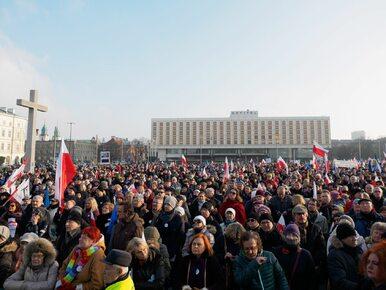 Marsz KOD przeszedł przez Warszawę. Było 15 czy 80 tys. osób?