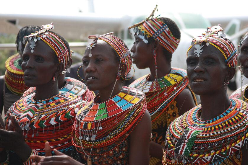 Kenijskie kobiety w tradycyjnych strojach