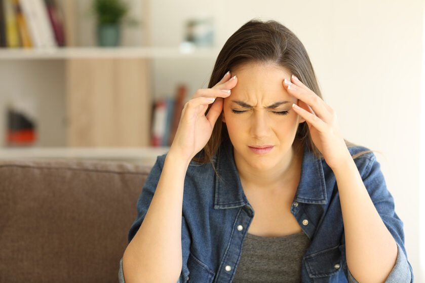 Kobieta cierpi z powodu bólu głowy