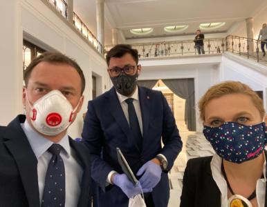 Posłowie w maskach i rękawiczkach. Tak wygląda posiedzenie Sejmu w...