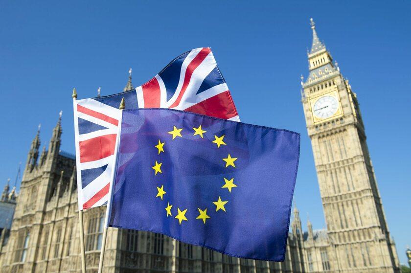 Flaga Unii Europejskiej i Wielkiej Brytanii na tle Parlamentu