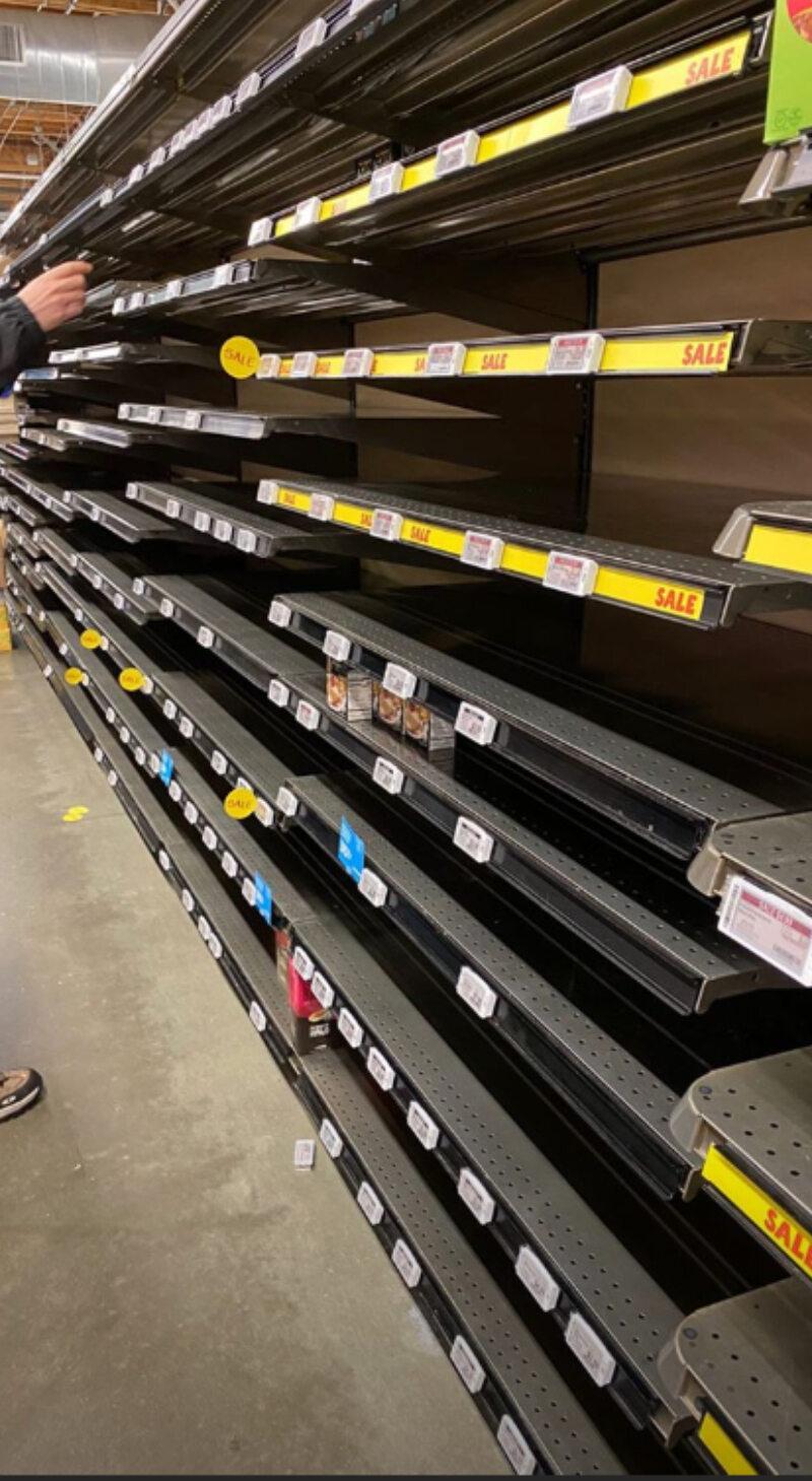 Puste półki w sklepach w USA na zdjęciach aktora Maxa Minghella