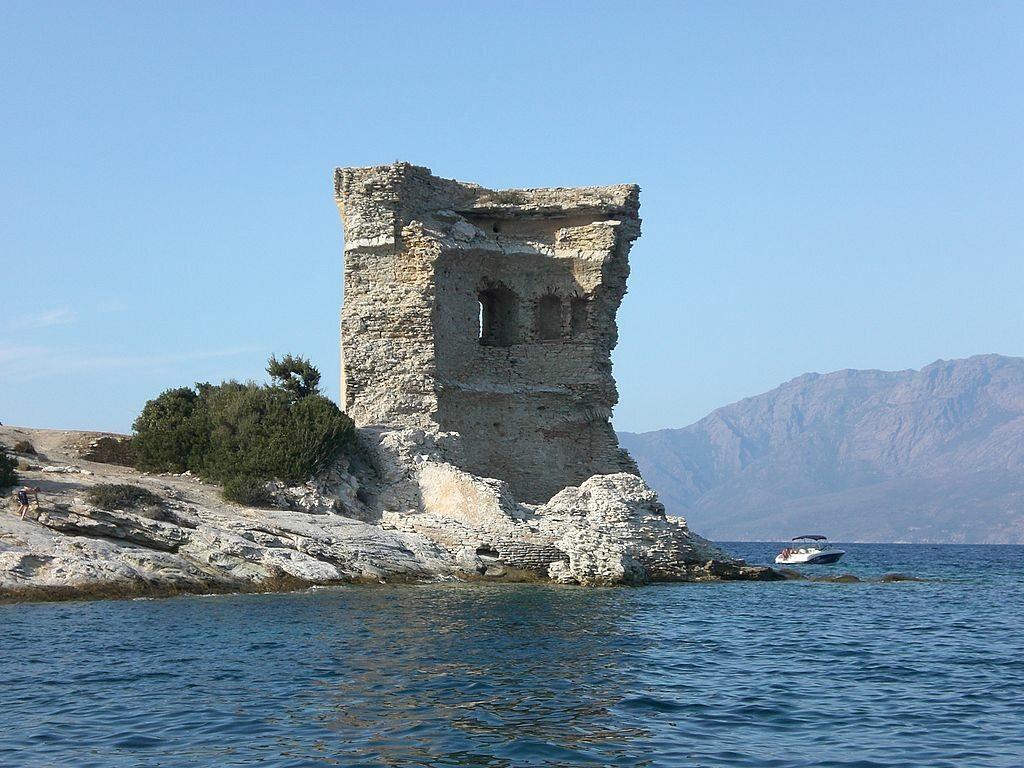 Tour de la Mortella, Francja Została wzniesiona na Korsyce dla obrony Morza Śródziemnego przed piratami z Afryki Północnej. Została wysadzona w powietrze przez Brytyjczyków w 1796 roku. Stała się wzorem dla wież budowanych przez Imperium Brytyjskie na przestrzeni XIX wieku.