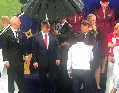 Ceremonia wręczenia Pucharu Świata. Parasolkę dostał tylko Władimir Putin