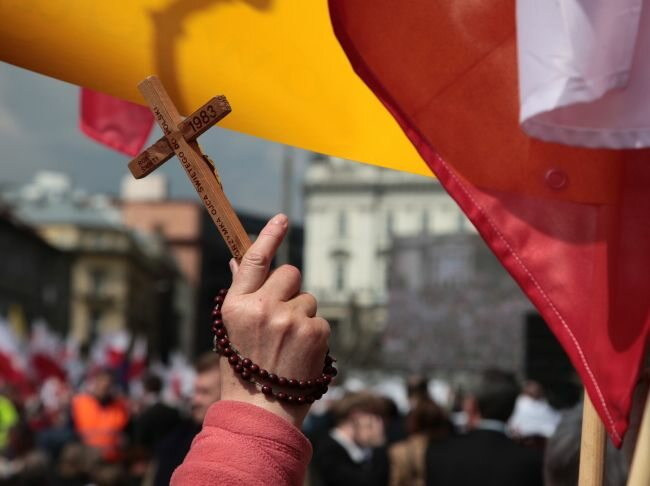 Krzyże i polskie flagi - tego na ulicach Warszawy w czasie demonstracji nie brakowało (fot. PAP/Tomasz Gzell)