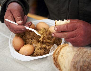 Nie mają pieniędzy na śniadanie. Nakarmią ich Caritas i Barka