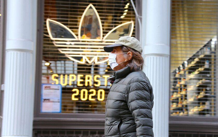 Kobieta w masce w Nowym Jorku