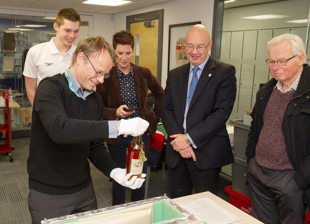 """""""Kapsuła czasu"""" została otwarta na uniwersytecie w Stirling"""