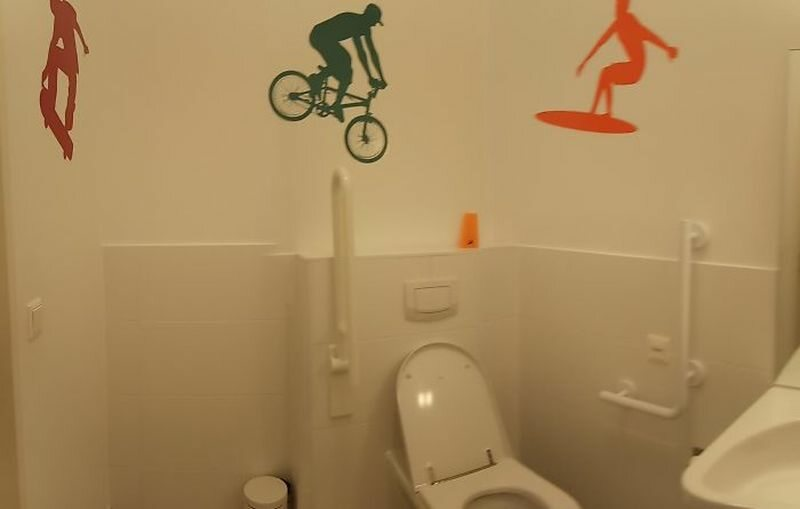 Dekoracje w toalecie dla niepełnosprawnych...