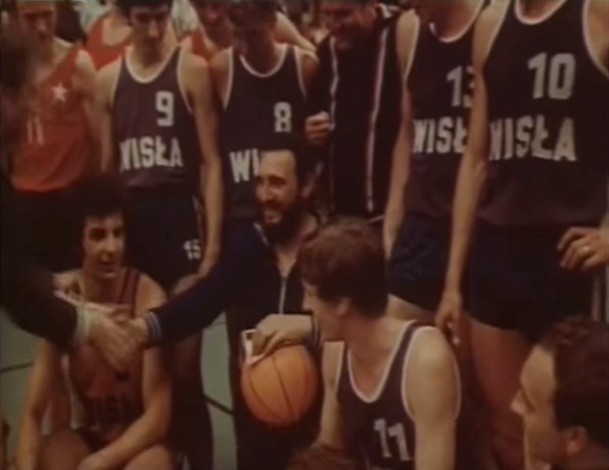 Fidel Castro z zawodnikami Wisły Kraków po rozegranym meczu